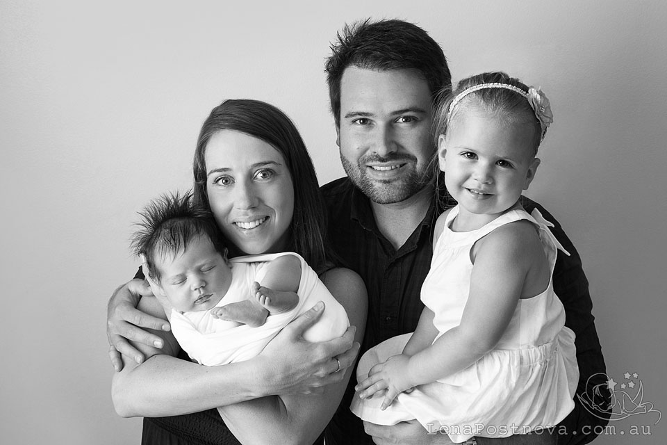 Newborn Session Sydney - Baby photographer Lena Postnova. Family of 4 portrait - parents and two girls