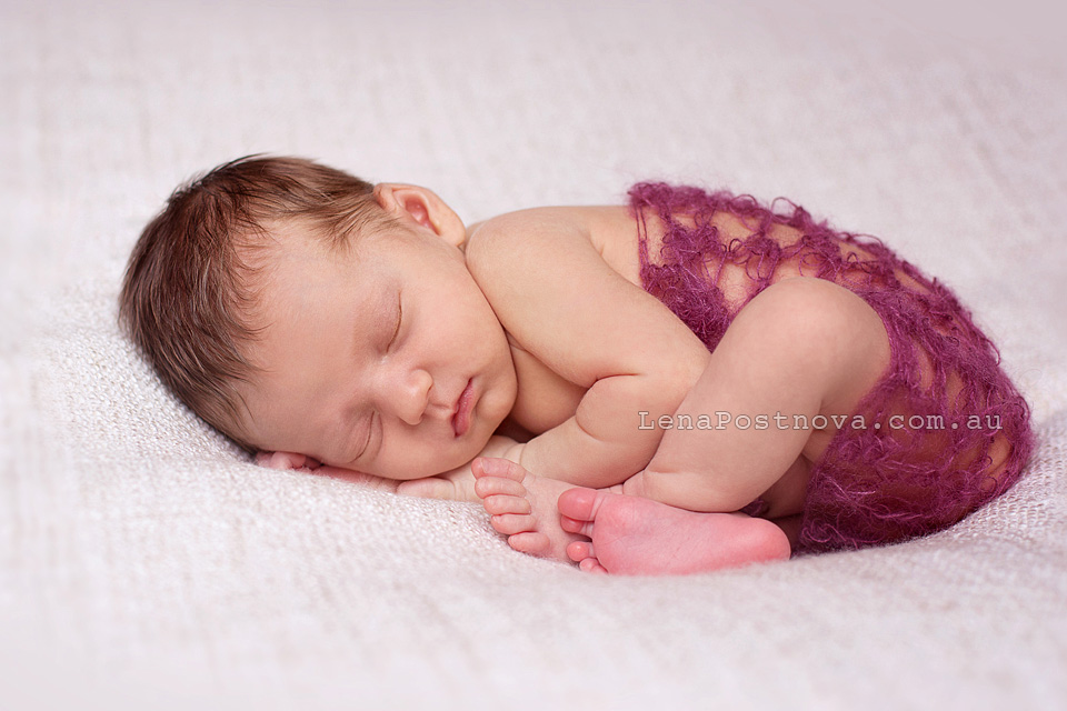 Newborn Photography Sydney - Lena Postnova baby photographer - photo of new baby girl 17 gays old - Taco Pose newborn posing